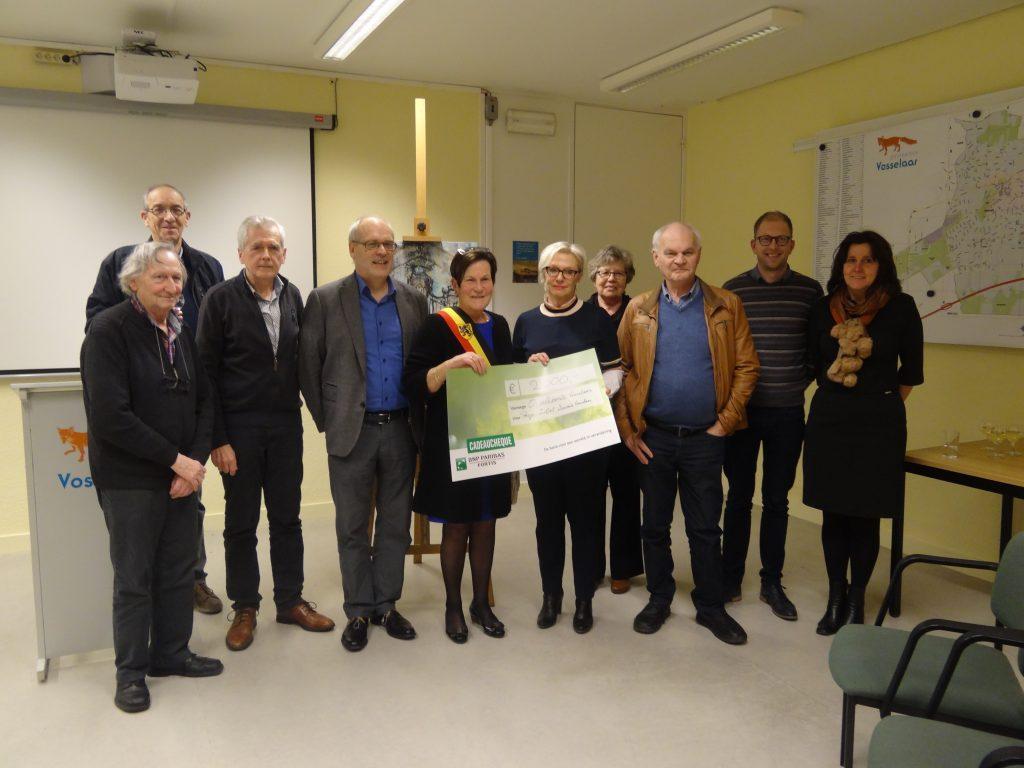 Groepsfoto met in het midden burgemeester Josee Heykants-Jansens en directeur Ria Van Den Heuvel van Kenniscentrum ZitStil
